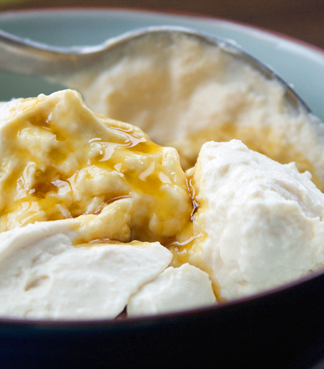 Natúr joghurtTöbb kalciumot tartalmaz, mint a tej: egy pohár natúr joghurt napi szükségleted egynegyedét fedezi. Emellett cinkben, fehérjében és rostokban is bővelkedik. A kalcium különösen hasznos a terhesség negyedik és hatodik hete között.