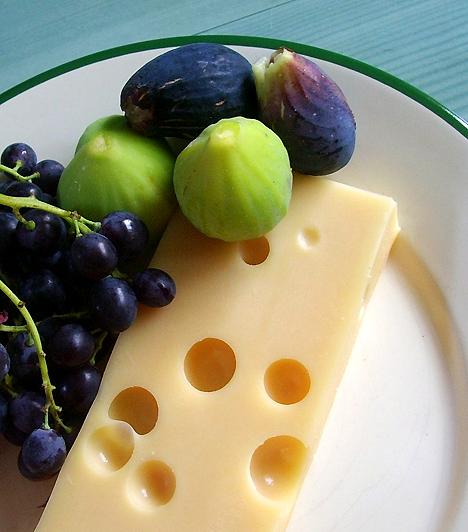 Kemény sajtokNagy mennyiségben tartalmaznak kalciumot, B12-vitamint, fehérjét, zsírt és szénhidrátot, melyek számodra is nélkülözhetetlenek várandósság idején. A B12 óvja a baba fejlődő agyát és idegrendszerét.