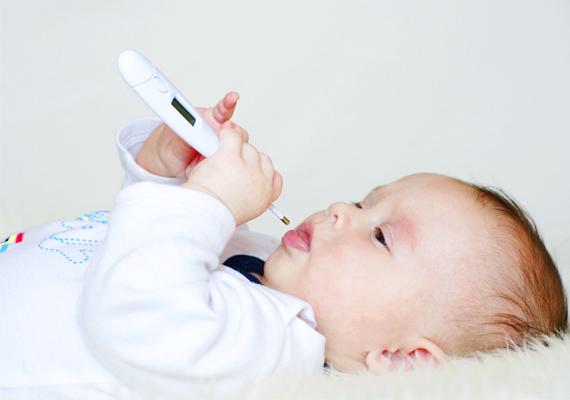 A kisbabák esetében a láz még veszélyesebb, mint a nagyobbacskáknál, ám hőmérőzésük is sokkal több türelmet igényel, ugyanis a rugdalózás miatt nagyon óvatosnak kell lenni, nehogy sérülést okozz a babának. Így csináld helyesen.