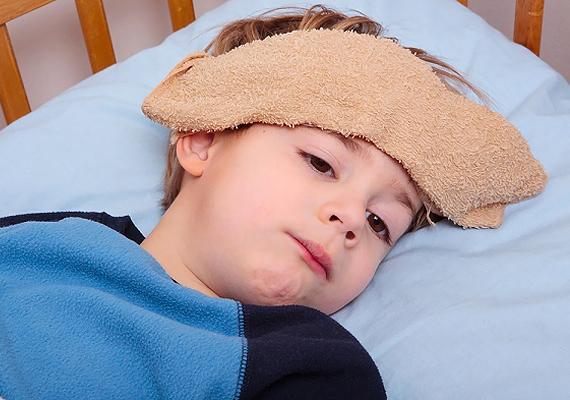 Amikor a gyerkőc beteg, minden bizonnyal mindent bevetsz, hogy segíthess rajta. Vannak azonban jónak tartott gyógymódok, amelyek veszélyesek lehetnek, fulladáshoz vezethetnek vagy irritációt okozhatnak. Ezek ilyenek.