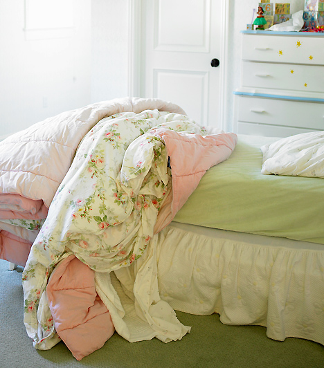 ÁgynyugalomA mielőbbi gyógyuláshoz elengedhetetlen az ágynyugalom. Éppen ezért komolyabb betegség esetén ne engedd, hogy csemetéd kipattanjon az ágyból már az első napon, amikor jobban van. Még egy kicsit nem árt pihennie, hogy biztosan szövődmények és visszaesés nélkül ússza meg a betegséget.Kapcsolódó cikk:Gyerekbetegségek lelki háttere »