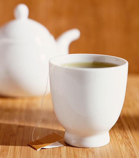 TeaNátha, influenza és gyomorpanaszok esetén is csodát tehetnek a különféle gyógyteák, ám nem csak ezekk segíthetnek csemetéden. A meleg ital önmagában is enyhíti a torokpanaszokat, ha pedig citrom levével ízesíted, egy kis C-vitamint is csempészhetsz bele.Kapcsolódó cikk:Mennyi vitaminra van szüksége a gyereknek? »