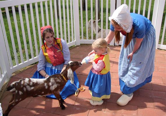 Hollandia az ötödik a listában. A képen holland gyerekek ismerkednek egy aranyos kiskecskével.