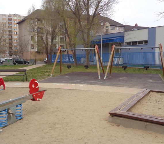 Dráva parki játszótérA XIII. kerület, Dózsa György úti metrómegálló közvetlen közelében, a Visegrádi utca és a Dráva utca kereszteződésénél, nagy területen fekszik egy játszótér, amelynek kicsiknek és nagyoknak szánt része egymástól nincs elszeparálva. Bal oldalon a kicsiknek készült játékok, hinták találhatóak, jobb oldalon a nagyoké.