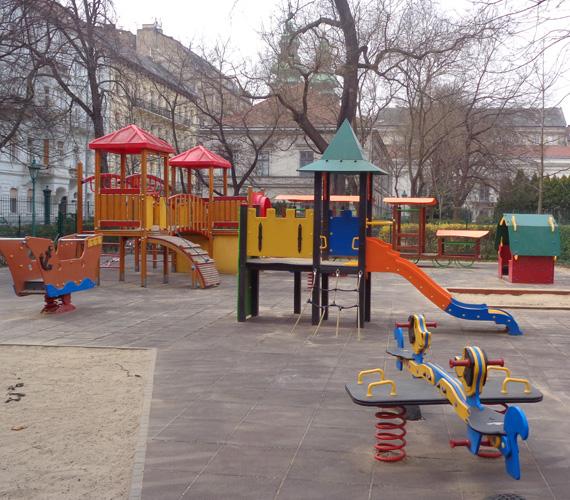 Károlyi-kert, nagyok játszótere                         Fantáziát felpezsdítő játékok vannak a Károlyi-kert nagyobbacskáknak szánt játszóterén is. Ugyan ez csak délután háromtól van nyitva mindenki számára, napközben ugyanis a közeli ovié a használat joga, érdemes célba venni a kalózhajó, a kisvonat és a színes csúszdavár miatt.
