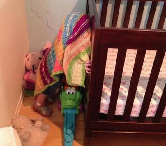 A kis totyogós kedvenc takarója alatt bújt el.