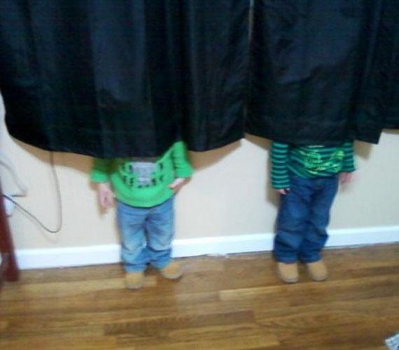 A srácok a függöny mögött találtak remek búvóhelyet, de sajnos a függöny nem bizonyult elég hosszúnak.