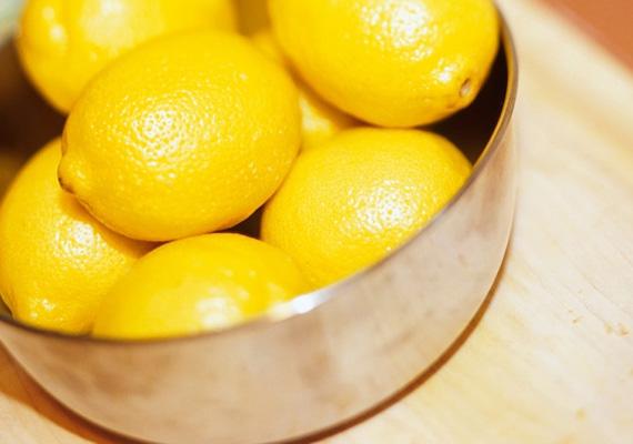 CitromVégül pedig a citrom: rossz döntés, ha a zöldségespult előtt csak elsétálsz, és citromlevet veszel valódi citrom helyett. Kerüljön a teába citrom - ha előbbi már nem forró - és méz. Ezzel a kettővel kúrálható és távol is tartható a megfázás. Egy közepes citromban 40-50 milligramm C-vitamin található.