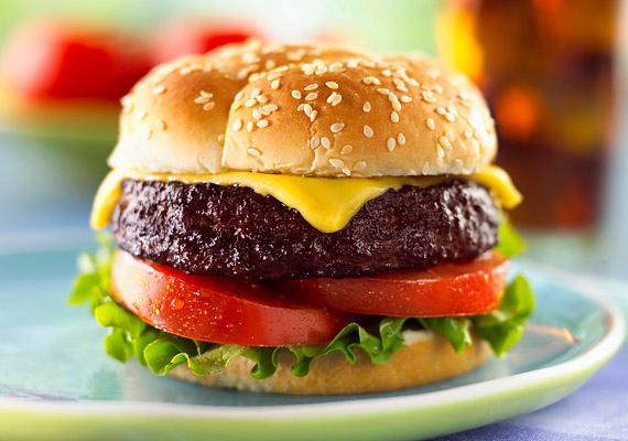 A hamburger és a hot dog tele van ketchuppal, majonézzel és egyéb adalékanyaggal, ami szintén elősegítheti a betegség kialakulását.