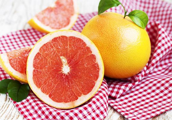 Egy átlagos méretű grépfrút körülbelül 55 milligramm C-vitamint tartalmaz, 100 gramm belőle 34 milligrammot.