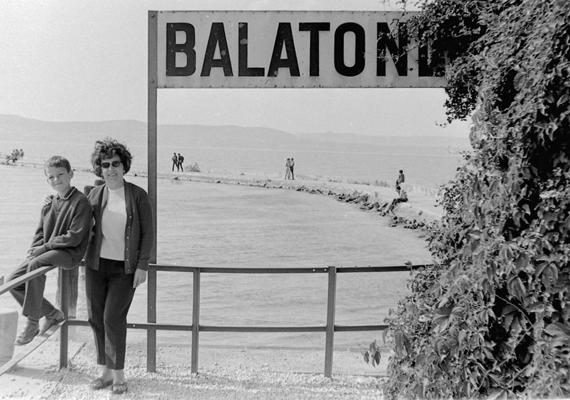 Kedves kép 1968-ból, melyen vélhetően egy anya és a fia a balatonlellei hajóállomásnál fotózkodik.