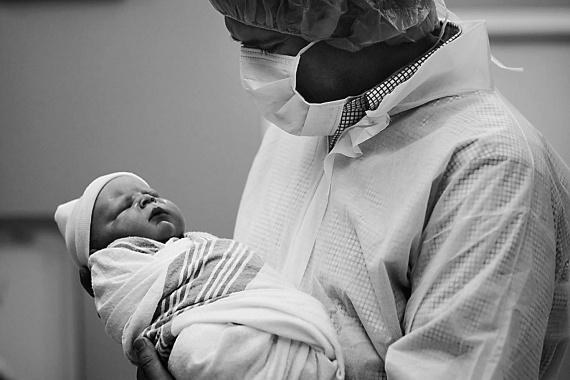 Apa és gyermeke első közös perceinek egyike.