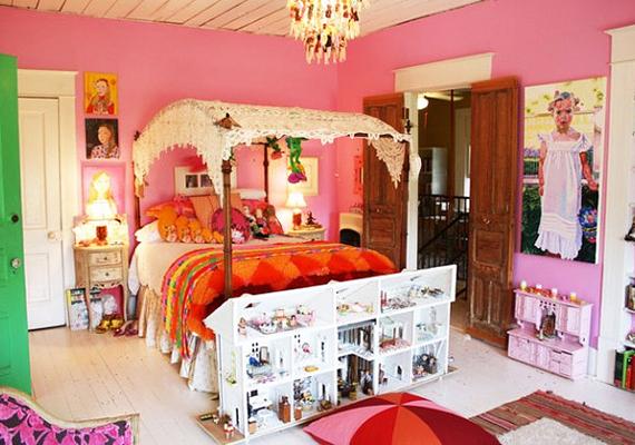 A babaházakkal zsúfolt rózsaszín szoba, lakójának életnagyságú festményével - amit nyilván nem egy Michelangelo festett - ijesztően cukormázas benyomást kelt.