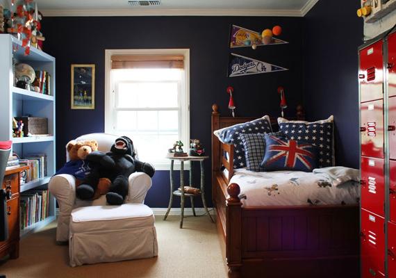 És ha már sötét hálószoba: lehet ízléses a berendezés, ha jóformán olyan érzést keltenek a falak, mintha egy koporsóban lennénk.