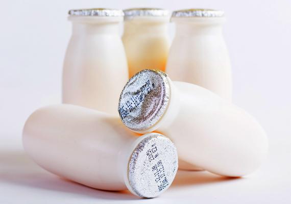 Joghurtital - 14 szem kockacukor                         Csalfa a hívogató joghurt elnevezés. Azt hinné az ember, egészséges, amit a palack rejt. Valójában a joghurtitalok többsége kész cukorbomba: 35-40 gramm is lehet egy 300 grammos kis palackban, ami körülbelül 14 szem kockacukor. Léteznek cukormentes verziók, de ezek mesterséges édesítőszerrel készülnek, ami szintén nem a legjobb választás. Otthon vízzel és gyümölccsel turmixolt joghurtból előállítható az egészséges verzió.