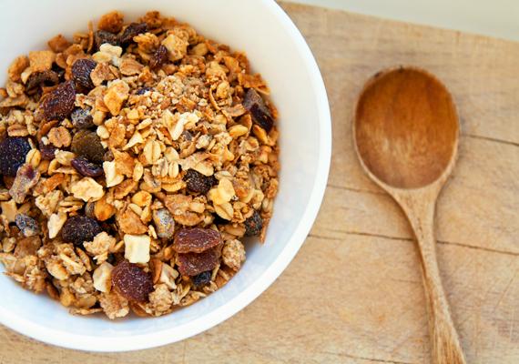Müzli - 8 és fél kockacukor                         Müzli reggelire? Remek ötlet, de csakis akkor, ha natúr. Sajnos a különféle ízesítésűek - például az epres vagy a csokis - rengeteg cukrot tartalmaznak. A csokis müzli 100 grammja 26 gramm cukrot is tartalmazhat, ami úgy 8 és fél kockacukornak felel meg. Érdemes tehát az ízesítetlent választani, vagy zabpehely, mogyoró és gyümölcs keverésével otthon készíteni.