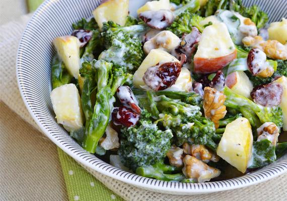 Salátaöntet - 4 kockacukor                         Mi sem egészségesebb egy friss salátánál. Kár lenne hát elrontani egy magas cukortartalmú salátaöntettel, ha az öntet natúr joghurt és fűszerek segítségével is elkészíthető otthon. Az egyik készen kapható, 240 milliliteres üvegben árult verzió például 12,5 gramm cukrot tartalmaz, ami több mint 4 kockacukornak felel meg. Ugyanez közel 50 gramm zsírt is tartalmaz.