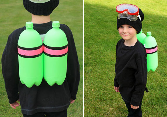Búvár                         A búvárjelmez ötlete a designdazzle.com oldaláról való. A gyerek ruhája fekete legyen, hosszú ujjú, és adj rá egy sapkát is. Hogy még mi kell? Zöld fújós festék, szigetelőszalag, kartonpapír, úszószemüveg. Az oxigénpalackok zöldre festett, szigetelőszalaggal összeragasztott üdítősflakonok legyenek. Búvárszemüvege szinte minden lurkónak van, ez menjen a fejére, a cipőtalpára pedig ragaszthattok békatalp alakú papírt.