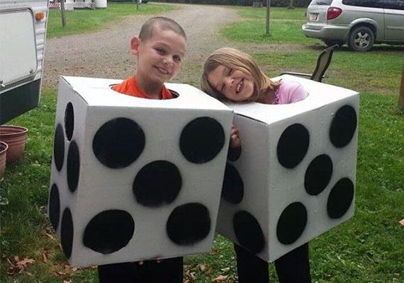 Dobókocka                         Rém egyszerű dobókockajelmez a Pinterestről! A gyereket fekete vagy fehér ruhába bújtasd, ez az alap. Egy nagyobb, kocka alakú dobozt vonj be fehér papírral, és vágd le az alsó falát. Vágj fej- és karnyílásokat is. A dobozt végül fekete festékkel pöttyözd meg.