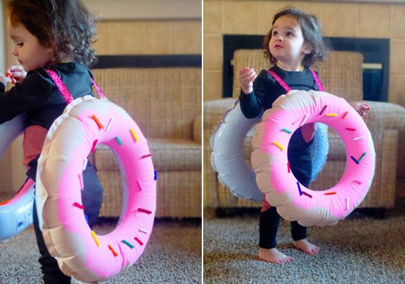Fánk                         Megvan még a gyerek régi úszógumija? Egy is elég, de kettőből is csinálhatsz neki fánkjelmezt, hála az ourhollydays.com ötletének. Ami kell, az barna fújós festék, rózsaszín festék, két szalag vállpántnak és színes papír- vagy fonaldarabkák. Fesd be az úszógumit fánkosra, és ragassz rá cukordarabkáknak színes papírt vagy fonalat csíkokban. A két vállpántot a gyereknek megfelelő hosszúságban erősítsd az úszógumira.