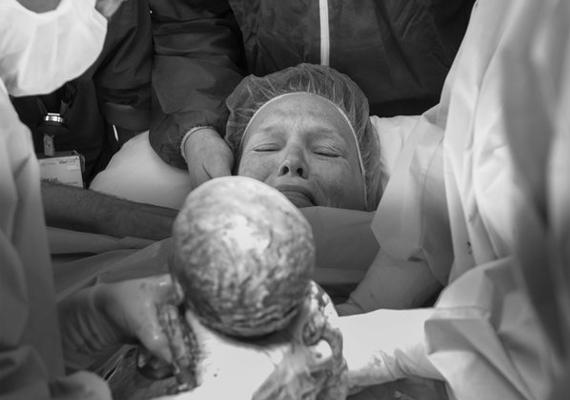 A császáros édesanya első gyermekére vetett pillantását megörökítő kép is fantasztikus.