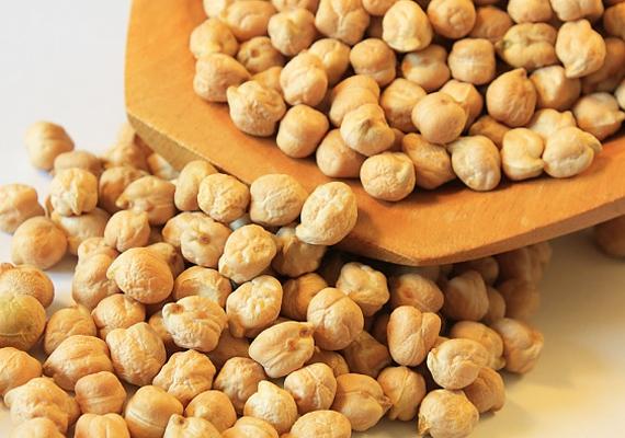 Az állati fehérjék fogyasztása állítólag 39%-ban megkönnyíti a teherbeesést, legalábbis a Harvard School of Public Health szerint, ezért iktasd be az étrendedbe a fehérjékben gazdag csicseriborsót.