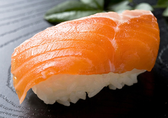 Az omega-3 zsírsavak köztudottan memóriajavító hatással bírnak. Különösen sok van bennük a lazacban - a nagy melegre való tekintettel egyébként is érdemes kiváltanod a nehéz vörös húsokat hallal.