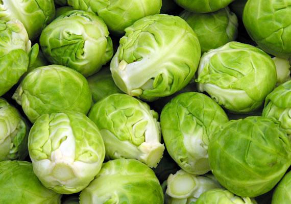 A kelbimbóban jelentős mennyiségben található karotin, B1-, B2-vitamin-tartalma háromszorosa a fejes káposztáénak. C-vitamin-tartalma is igen jelentős, gazdag továbbá vasban és káliumban.