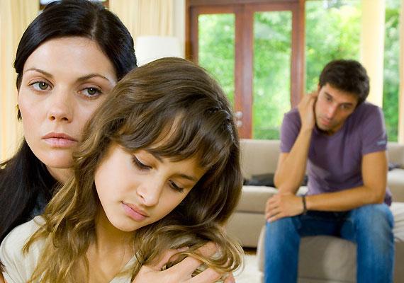 Vannak szülők, akik, bár megromlott a kapcsolatuk, különböző okokból - gyakran pont a kicsire való tekintettel - együtt maradnak. Ám a gyermekre roppant destruktívan hat az ily módon keletkező feszültség.