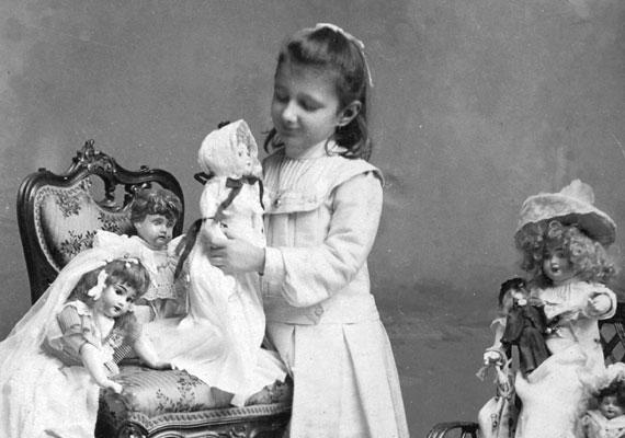 A porcelánbabák különlegességnek számítottak, csak a tehetősebb családok csemetéinek jutott ilyen drága játékszer.
