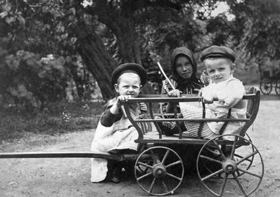 Ha nem volt éppen kéznél játék, akkor a kerti tárgyakat is szívesen felhasználták. A kiskocsi és a talicska volt a kedvenc.