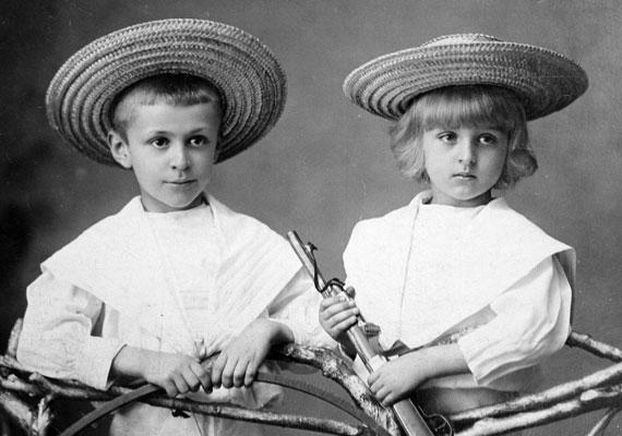 A fiúk körében nem csak manapság divatos a puska, bár talán akkoriban a háború hatására játszottak szerepjátékot a kis fegyverekkel.