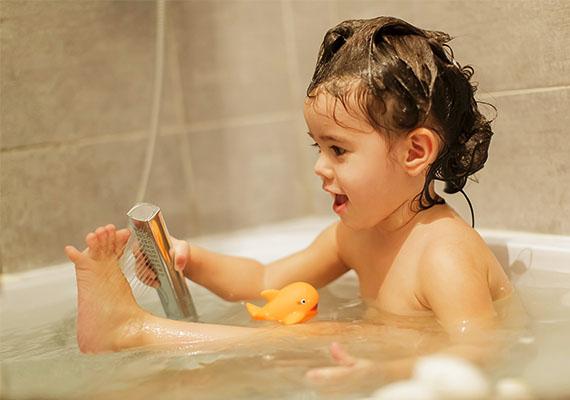 Gyermekedről soha ne tegyél fel a netre olyan fotót, amelyiken egyáltalán semmi nincs rajta, például fürdés közben készült képet. A családi albumba még cuki lehet, de felesleges, hogy idegenek is lássák.