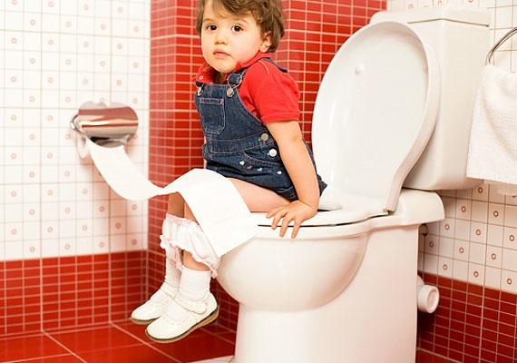 Bármennyire is büszke vagy a gyermekedre, amiért végre ráült a bilire vagy átszokott a WC-re, ne tegyél fel ilyen fotót se róla. Részben, mert félmeztelen a képen, részben, mert a gyermeked méltóságát meg kell őrizned.