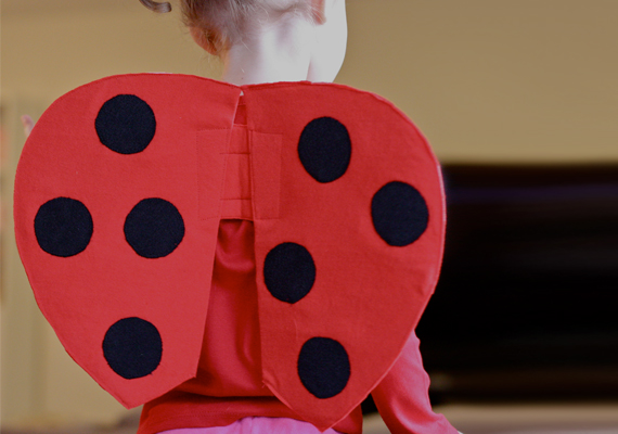 Gyorsan és könnyen elkészíthető katicaszárnyacskák, melyeket ha piros vagy fekete ruhával visel a csemetéd, kész is a jelmez. Így készítheted el.