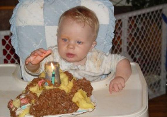 A torta szétesett, ez egy dolog, de az égő gyertyát közvetlenül a gyerek elé tenni elég felelőtlen dolog volt.