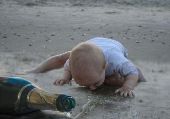 Ez a pici a földről issza fel a pezsgőt. Ami a legszomorúbb, hogy nem felveszik onnan, hanem inkább lefényképezik.