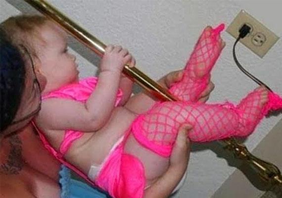 Ez az eszement anya rúdtáncolni tanítja pelenkás kislányát, ráadásul rózsaszín neccharisnyában.