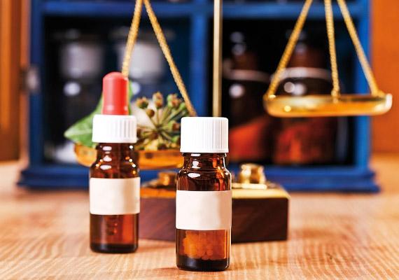 A kamilla mellett a patikákban számos homeopátiás szert - például ecsetelő formájában - is kaphatsz, amivel segíthetsz a kicsinek.
