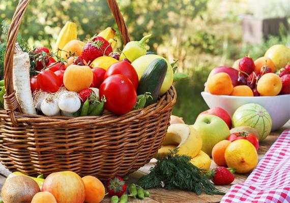 Zöldség, gyümölcsBizonyára nem nagy újdonság, hogy mennyire fontos is az egészséges táplálásban a friss zöldség és gyümölcs jelenléte, de ezt nem lehet elégszer hangsúlyozni. Napi minimum háromszor adj a gyereknek más-más fajta zöldséget, gyümölcsöt enni, hogy fedezd vitaminszükségletét!