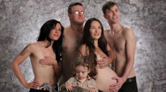 Családi akton megörökíteni a babapocakot? Nem tudjuk, ki kihez tartozik ezen a képen, de nagyon furcsa, görög tragédiákat idéző ötlet.