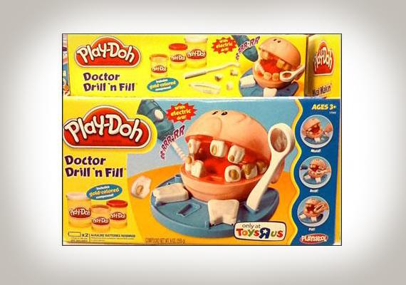 Fogorvosos gyurmajáték: valljuk be, nem lehet túl gusztusos a rosszfogú páciens barna fogait javítgatni- vajon a gyerekeknek tetszett az ötlet?