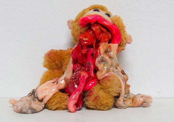 Ez a néhai plüssmajom vagy Muppet-figura kicsit talán kilóg a sorból. Ebben a formájában ugyanis nem játéknak szánták. A művész, Stefan Gross egyik kibelezett játék műalkotása.