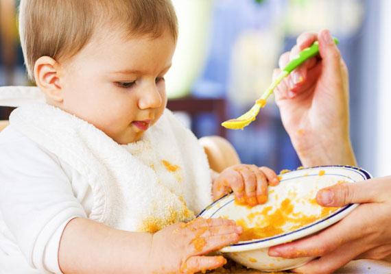Ismerkedés az étellelTalán nem is hinnéd, milyen fontos szerepet játszik, de két okból is fontos, hogy hagyd, a gyerek néha összemaszatolja magát az étellel: ha közelebbi ismeretségbe kerül az ételek állagával, illatával, akkor egyrészt bátrabban kóstol majd újdonságokat, másrészt az információknak köszönhetően értelme is fejlődik.