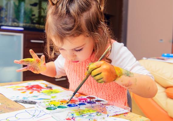 FestésNevezz ki néhány ruhát arra a célra, hogy a gyerek abban fessen, és hagyd neki, hogy akár nyakig festékes legyen. A festés kézügyességét is fejleszti, de a festék viselkedése, az egyes színek tulajdonságai, hogy milyen színt kap azok vegyítésével, IQ-ját játszva fejlesztik.