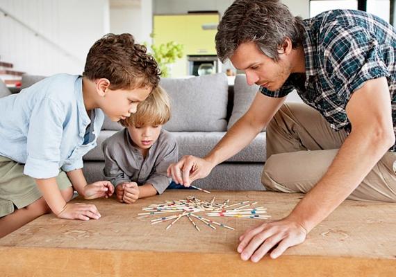 Társasjátékok                         Számítógép helyett csapjatok néha családi társasjátékozást! A közös játék egyrészt a gyerek társas képességeit fejleszti, másrészt a társasjátékok szabályait értelmezni és alkalmazni is kell, ami a gyerek értelmének remek fejlesztője.