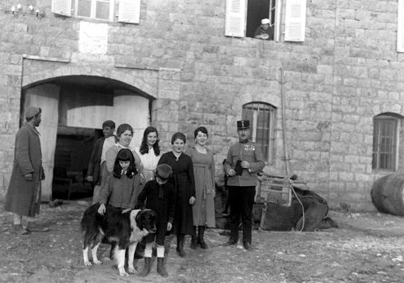 Megható, ahogy az 1923-ban készült csoportképen a gyerekek teljes egyetértésben simogatják a kutyust.