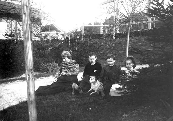A kép 1900-ban készült a Gellérthegyen, valahol a Bérc utca környékén. Érdekes, hogy a fotó öt szereplőjéből mindössze egy néz a kamerába.