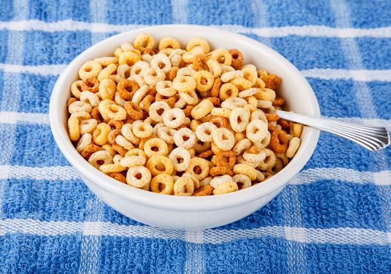 Bár a gyerekek imádják a különféle ropogós reggelizőpelyheket, nem érdemes ezt adni nekik reggelire, ugyanis rostban és tápanyagban szegények, cukortartalmuk viszont nagyon magas. Vannak vitaminos, zabból készült verziók, azok egy fokkal jobbak, de még mindig nem szolgáltatnak jó alapot a tanuláshoz.