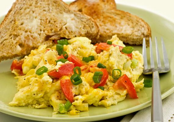 A rántotta igazán laktató, mindemellett tápanyagban gazdag reggeli lehet teljes kiőrlésű kenyérrel és némi zöldséggel. Dietetikusok szerint annál egészségesebb a reggeli, minél színesebb. Csak nézz rá a képre: hát kell ennél jobb alap a gyereknek egy kihívásokkal teli napon?